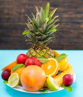 Тарелка свежих здоровых тропических фруктов на десерт