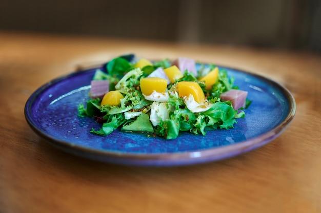 シロップの桃と新鮮なサラダのプレート