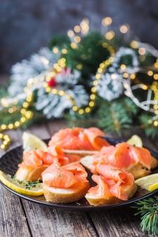 Тарелка из свежего филе лосося с хлебом на деревянных фоне