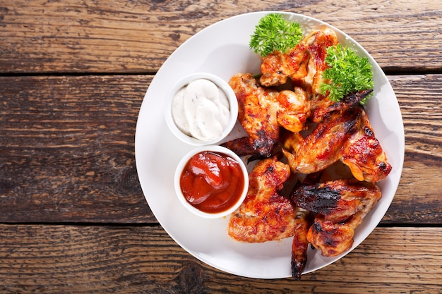 나무 테이블, 평면도에 튀긴 된 닭 날개의 접시
