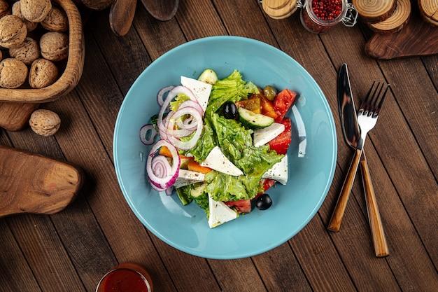 Тарелка греческого салата со свежими овощами