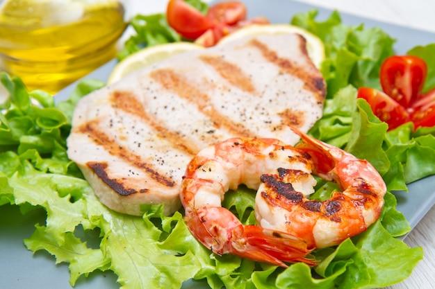 샐러드와 체리 토마토와 생선 구이 접시