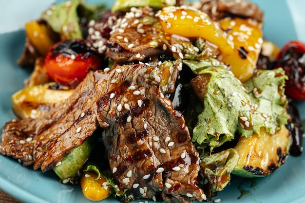 Тарелка из телятины на гриле и овощей