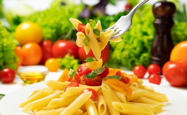 이탈리아 파스타 접시, 토마토와 바질과 포크에 펜 네 rigate