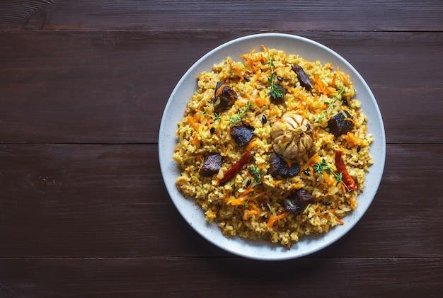 Тарелка мясного плова. азиатское блюдо. копирование пространства, вид сверху.