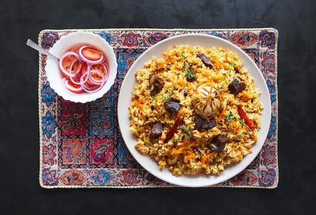 고기 필라프 접시. 아시아 요리. 평면도.