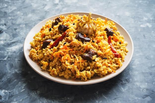 고기 필라프 접시. 아시아 요리.