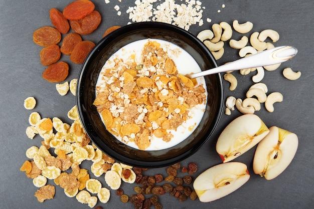 オート麦フレーク、カシューナッツ、リンゴ、おいしい朝食用の種子のプレート