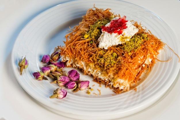 장미와 동양 아랍 과자 바클라바 접시
