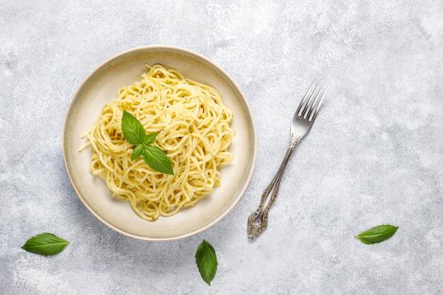 Тарелка макарон с домашним соусом песто.