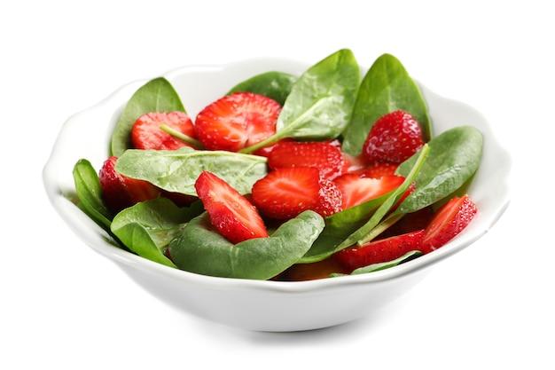 흰색 바탕에 시금치와 딸기 샐러드 접시
