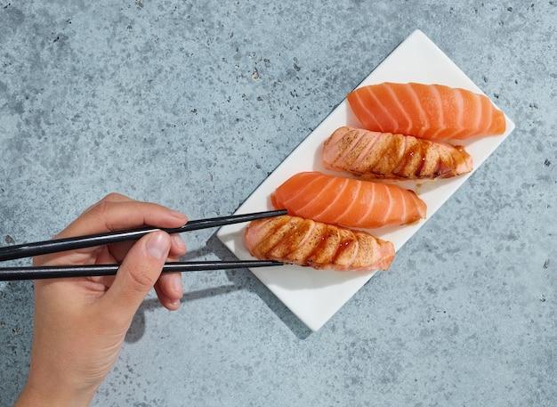 レストランのテーブル、上面図のサーモン寿司のプレート
