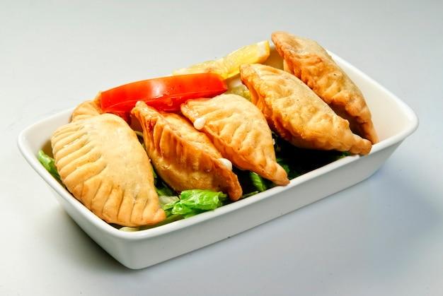 Тарелка самбусека, традиционные арабские блюда
