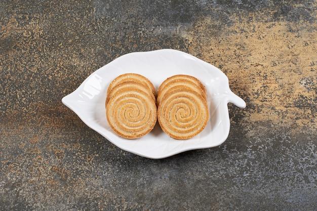 대리석 테이블에 참 깨 비스킷 접시.