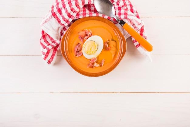 Тарелка супа на столе для приготовления пищи