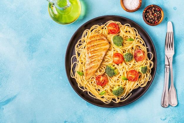 トマト、ブロッコリー、チキンのスパゲッティプレート