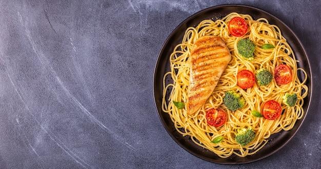 Тарелка спагетти с овощами и курицей