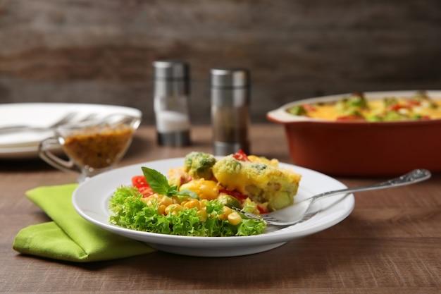 테이블에 치즈와 함께 맛있는 구운 브뤼셀 콩나물의 접시