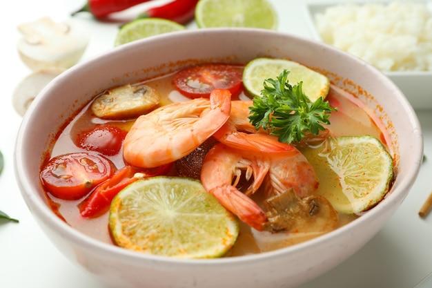 おいしいトムヤム スープのプレート、クローズ アップ