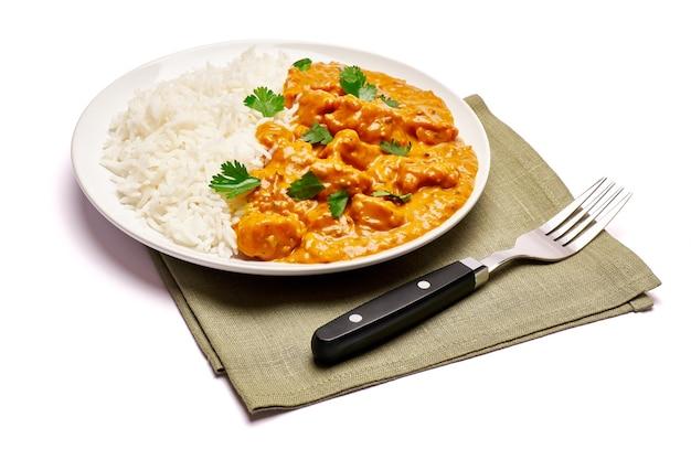 Тарелка традиционного куриного карри и риса изолирована