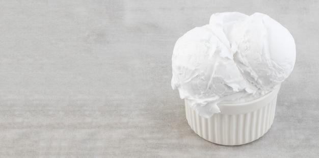 Тарелка шариков ванильного мороженого с копией пространстваã'âž.