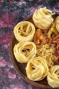Тарелка различных макарон на красочном фоне. фото высокого качества