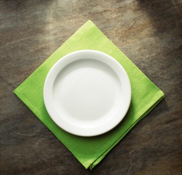 녹색 냅킨 천에 접시