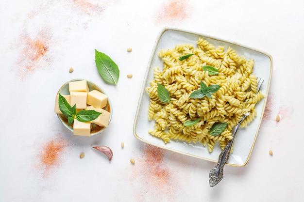 Piatto di pasta al pesto fatto in casa.