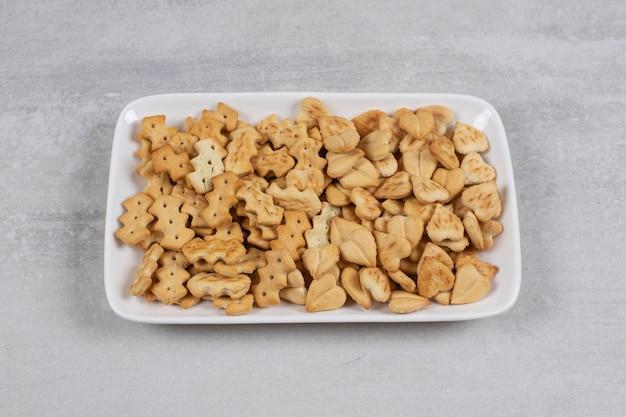 Piatto di cracker salati su pietra.