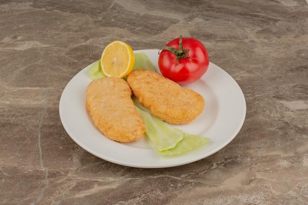 Piatto di pepite di pomodoro, limone e pollo.