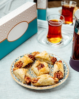 Un piatto di dessert turco con noci avvolto in pasta a strati