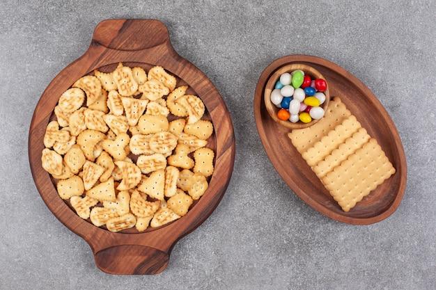 Piatto di vari biscotti e caramelle in ciotole di legno