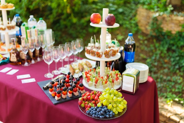 ケータリングテーブルにフルーツの盛り合わせを盛り付けます