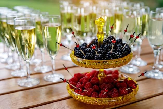 축제 연회에서 딸기와 접시입니다.