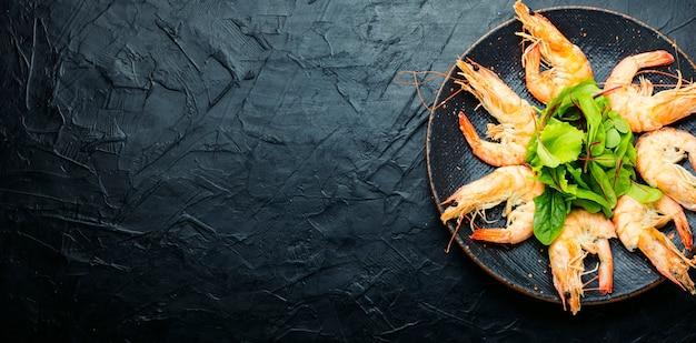 삶은 큰 새우를 곁들인 접시.맛있는 삶은 랑구스틴.해산물