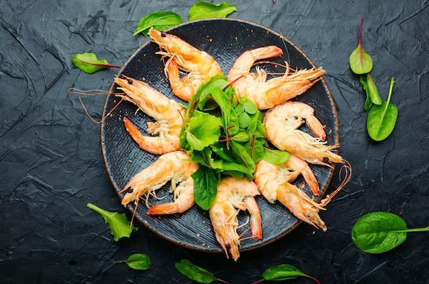 삶은 큰 새우와 함께 접시.맛있는 삶은 랑구스틴