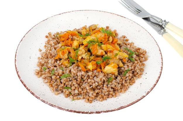 흰색 표면에 고립 된 야채와 닭고기와 메밀 죽 접시