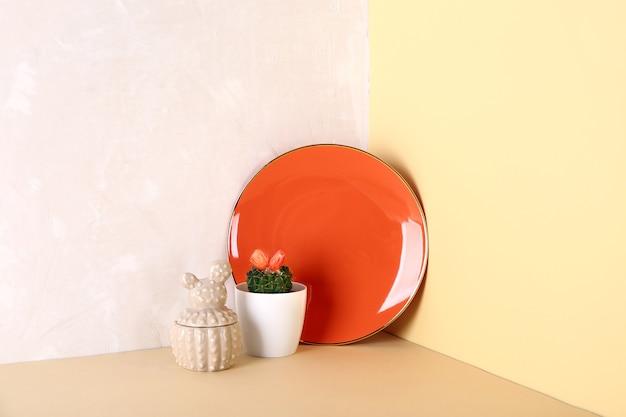 テーブルの上の鍋にサボテンとプレート