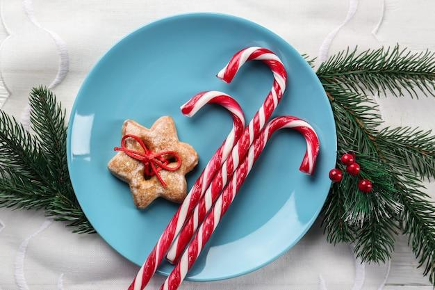 ナプキンにキャンディケインとクリスマスの飾りが付いたプレート