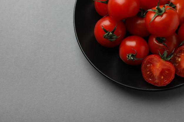 회색 바탕에 체리 토마토와 접시