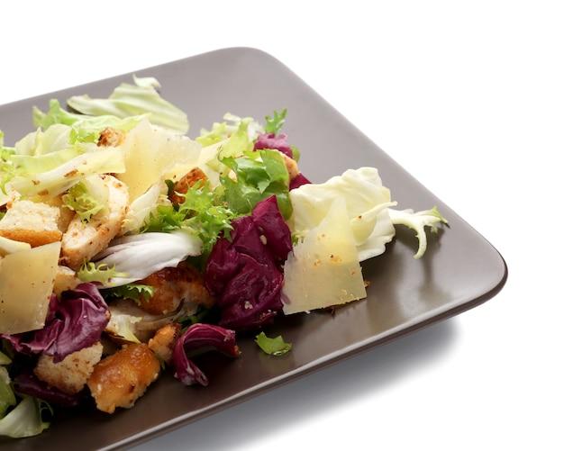 화이트에 치킨 샐러드 접시