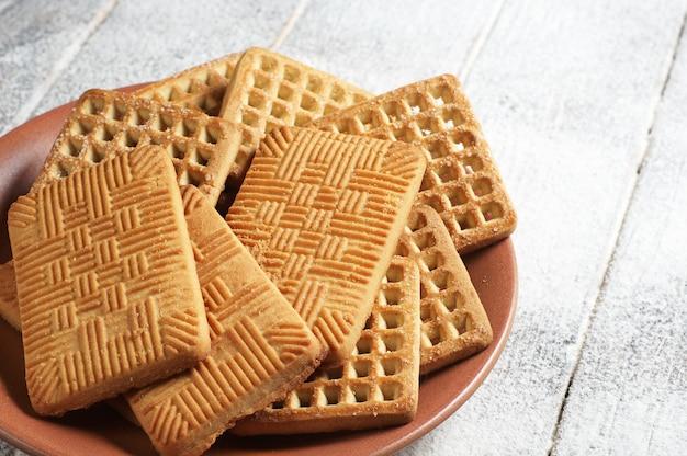 식탁에 쿠키가 있는 접시