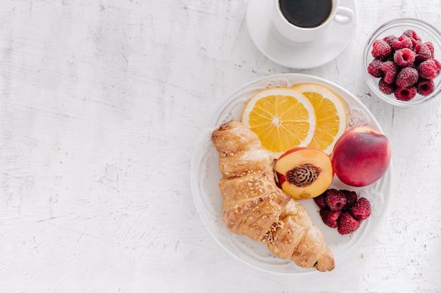 크로와 과일 접시