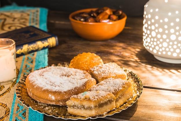 Тарелка с восхитительным арабским печеньем на столе