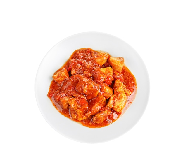흰색으로 분리된 맛있는 치킨 티카 마살라가 있는 접시