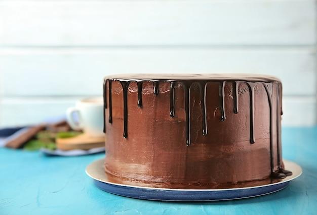 テーブルの上においしいチョコレートケーキを盛り付けます