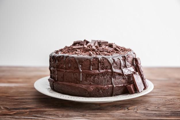 木製のテーブルに美味しいチョコレートケーキを盛り付けます