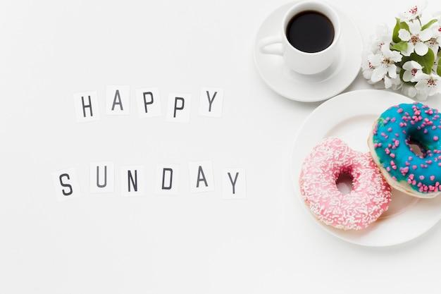 Тарелка с вкусными пончиками и кофе