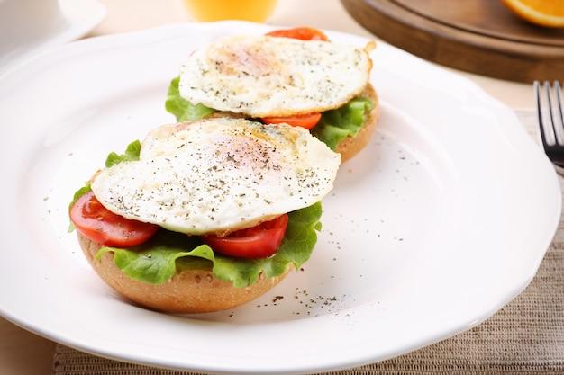 テーブルの上においしい卵サンドイッチを盛り付けます