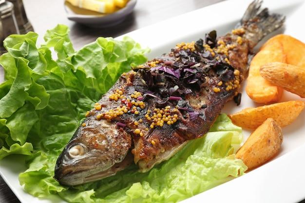 Тарелка с вкусной жареной рыбой, крупным планом